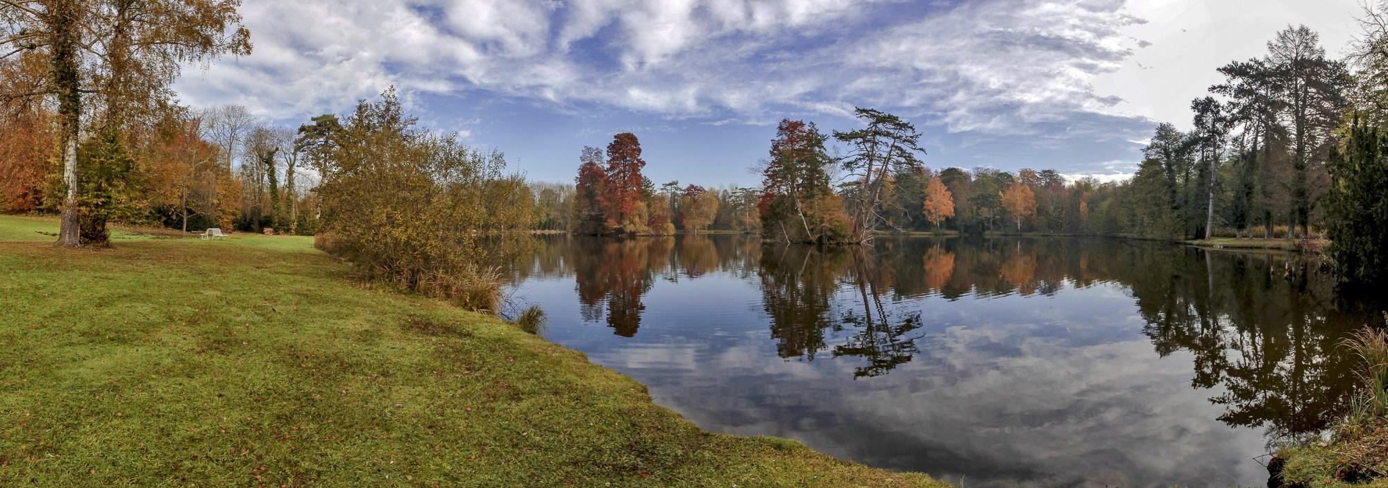 Vue panoramique du lac à l'automne